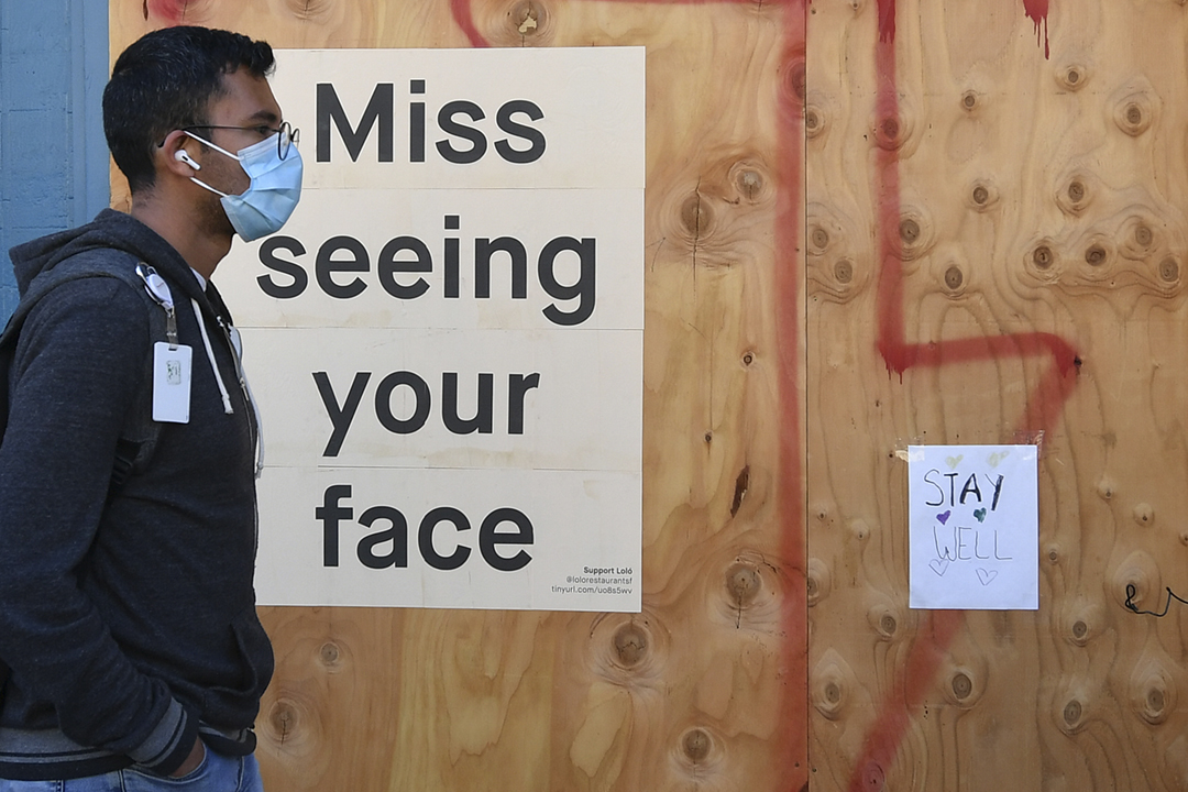 2020年4月1日,美國加州三藩市街頭一名佩戴口罩的男子。 攝:Josh Edelson / AFP / Getty Images