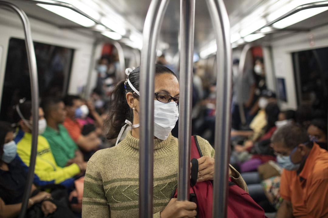 2020年3月16日,委內瑞拉首都卡拉卡斯的地下鐵車廂內,一名女乘客戴著口罩。