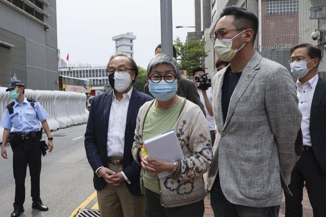 2020年4月18日,警方拘捕15名民主派人士,其中一名被捕人、前立法會議員吳靄儀於下午抵達中區警署。 圖:端傳媒