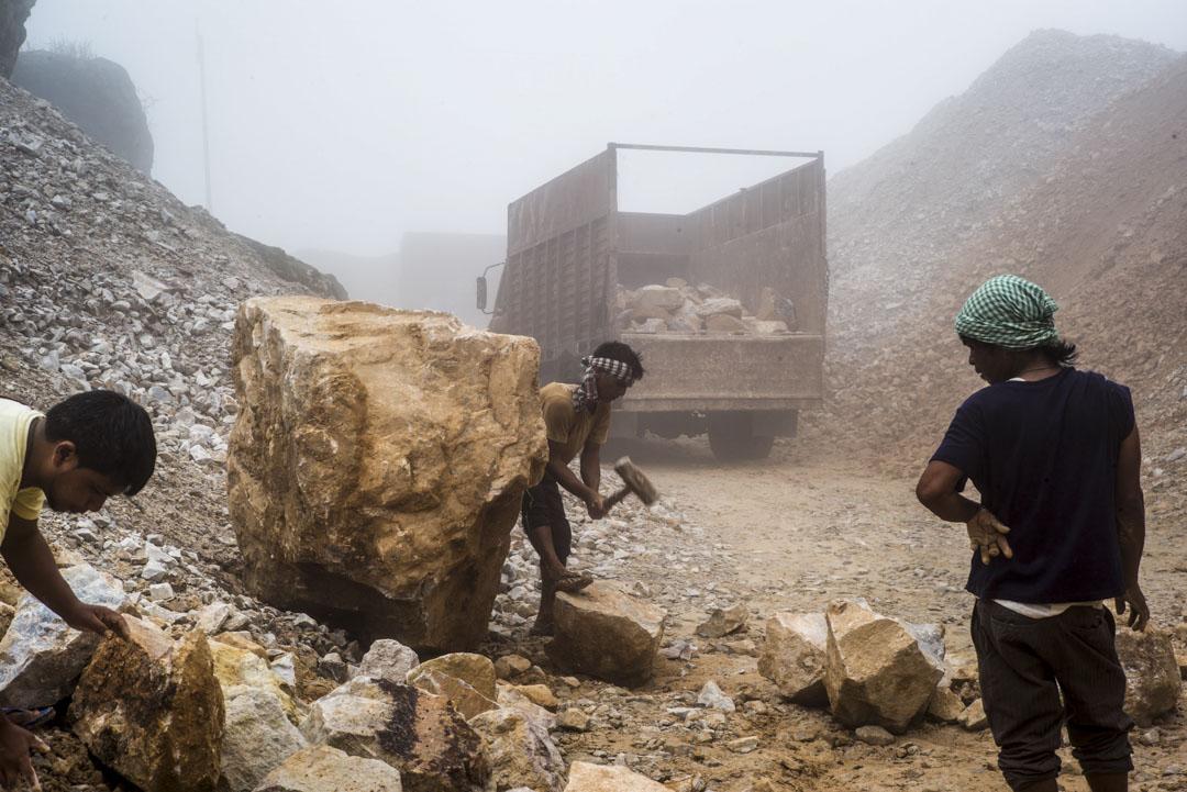2016年8月15日,印度梅加拉亞邦的礦工正在工作。