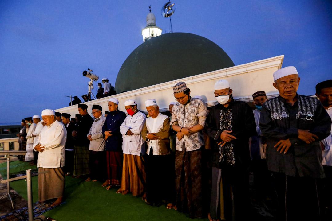 2020年4月23日,印尼雅加達,穆斯林男子於齋戒月的第一天在清真寺的屋頂上祈禱。