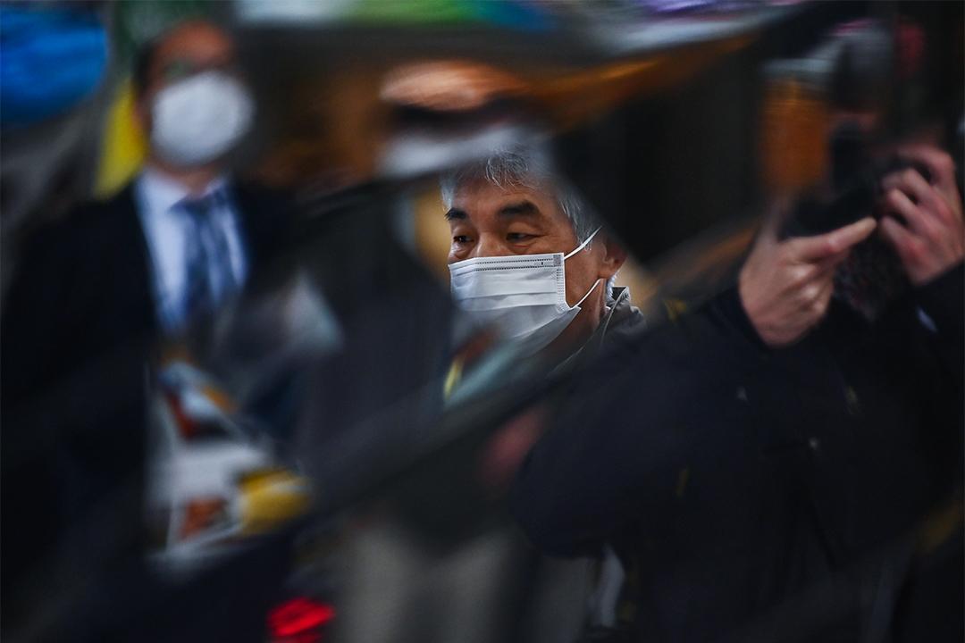 2020年4月16日,儘管日本處於緊急狀態,市民還是在東京的品川站上下班。