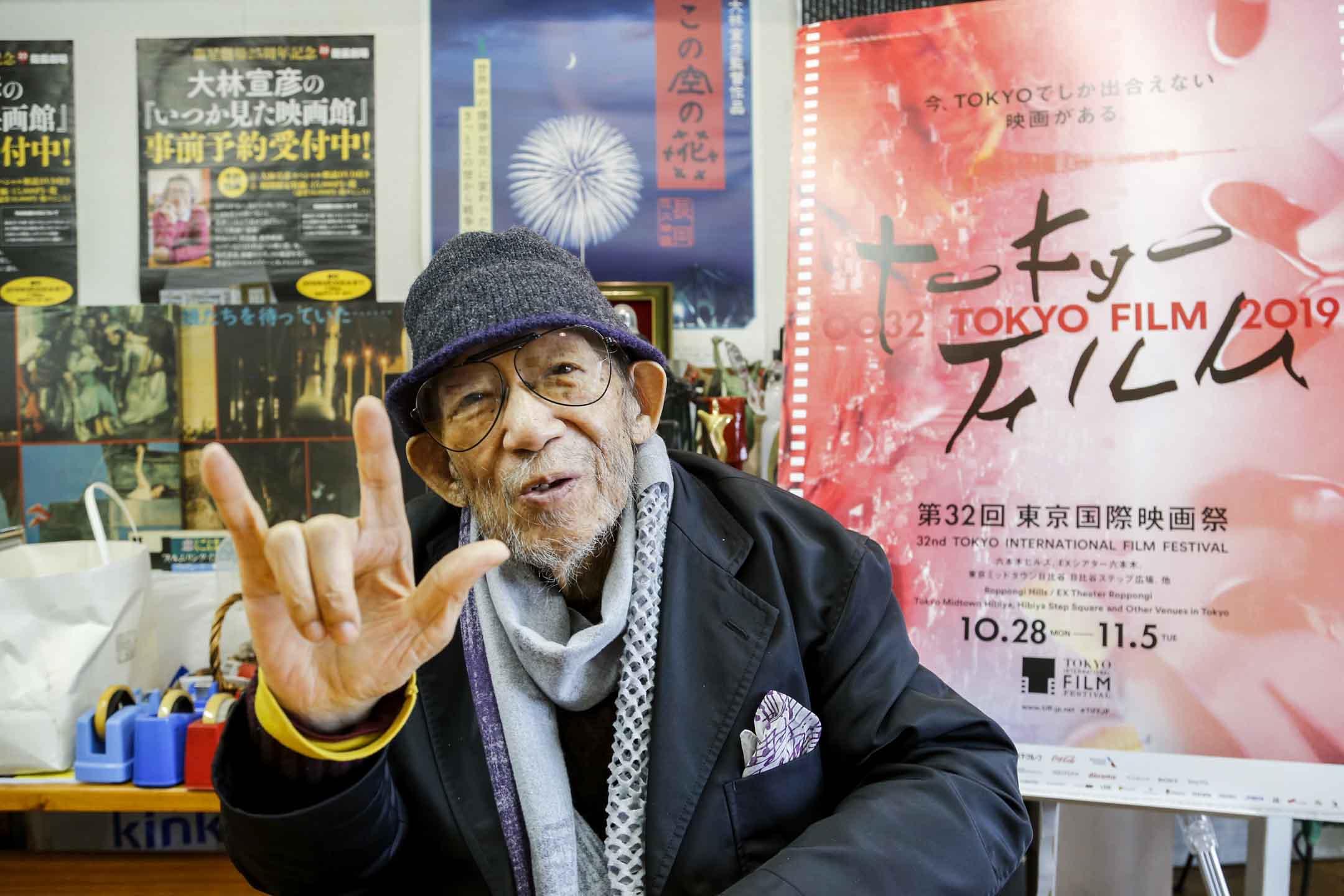 日本導演大林宣彥因肺癌病逝。圖為2019年10月11日,小林信彥在東京工作室接受採訪時舉起手語`「我愛你」以強調這是他電影中的重要信息 。 攝:Yuri Kageyama/AP/達志影像