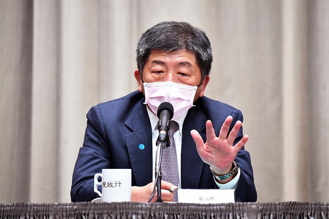 2020年4月13日,中央流行疫情指揮中心指揮官陳時中於行政院紓困振興方案「醫藥防疫科技研發」記者會戴上粉紅色口罩。 圖:行政院提供