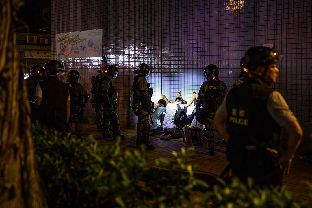 2019年9月21日在香港元朗,警方搜查示威者。 攝:陳焯煇 / 端傳媒