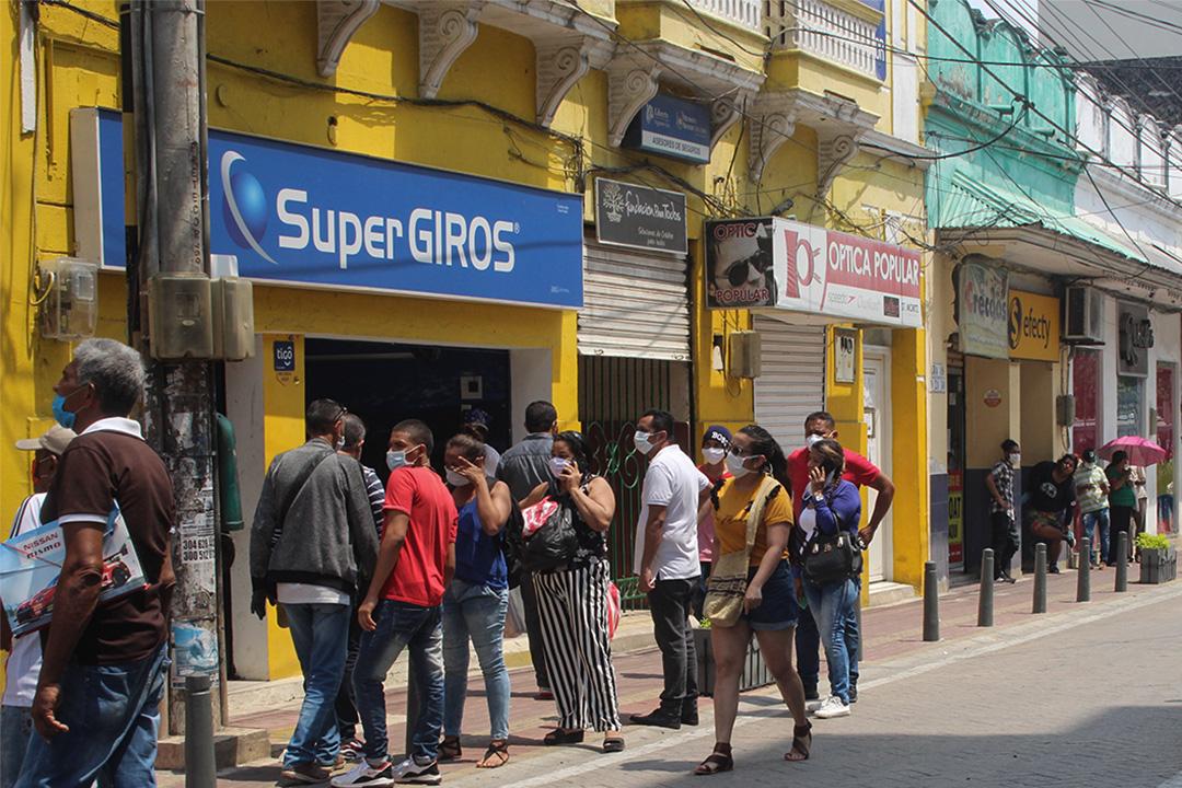 封鎖後,在辛塞萊霍(Sincelejo)市,人們在一個銀行代理處排隊等待領取補貼。