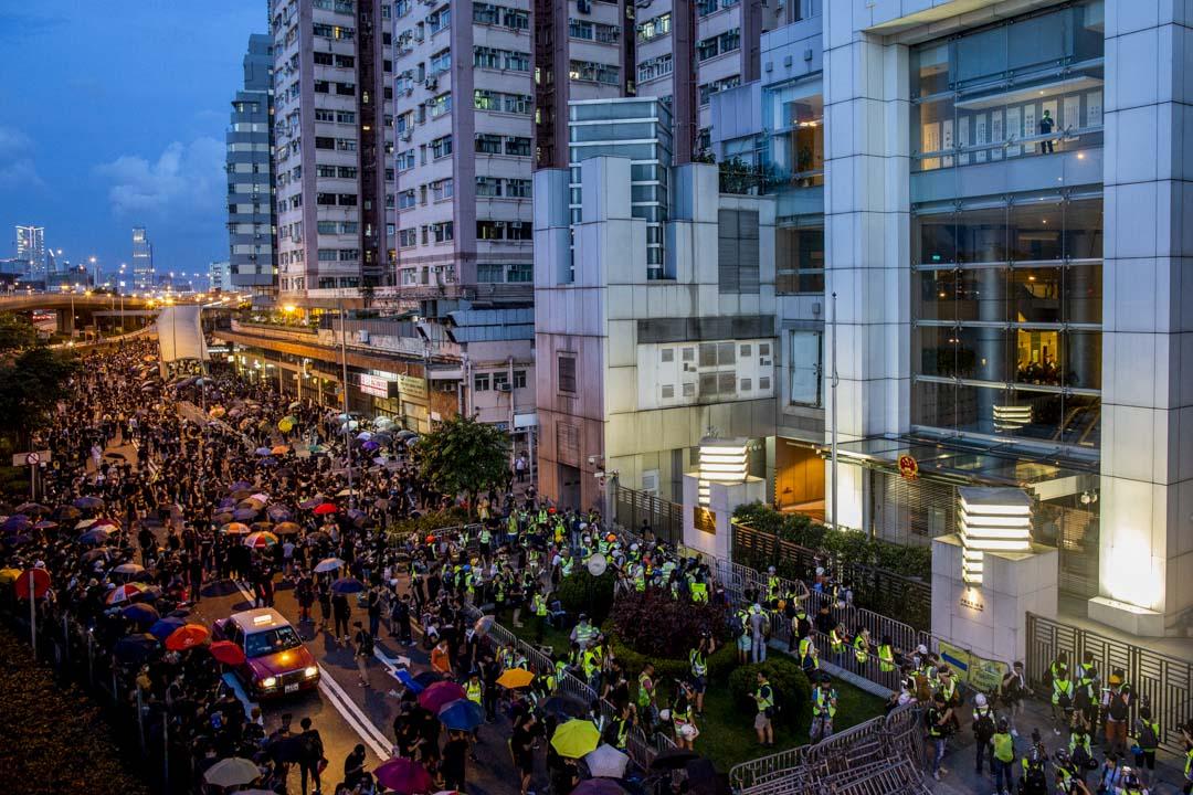 2019年7月21日,反修例運動期間,示威者到西環的中聯辦集結。 攝:林振東/端傳媒