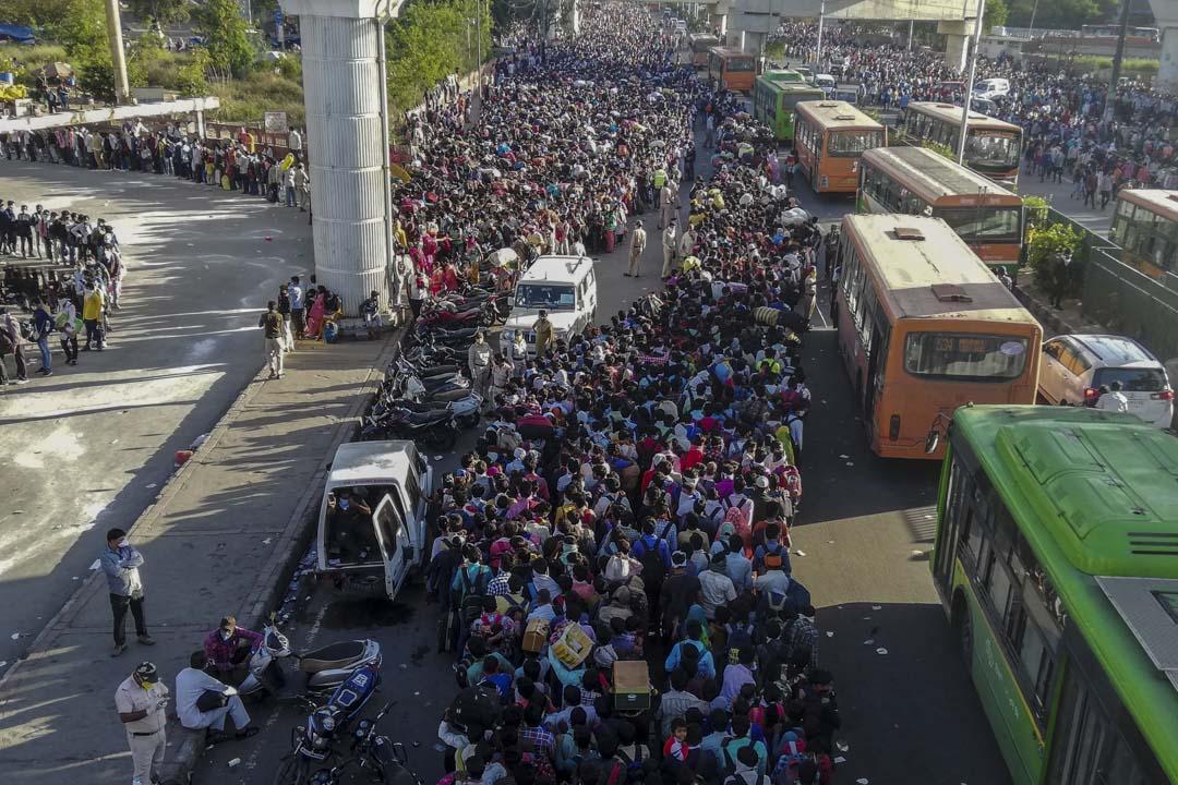 2020年3月28日,印度政府對全國進行封鎖,在新德里大量移民工人及其家庭成員去巴士總站乘車。