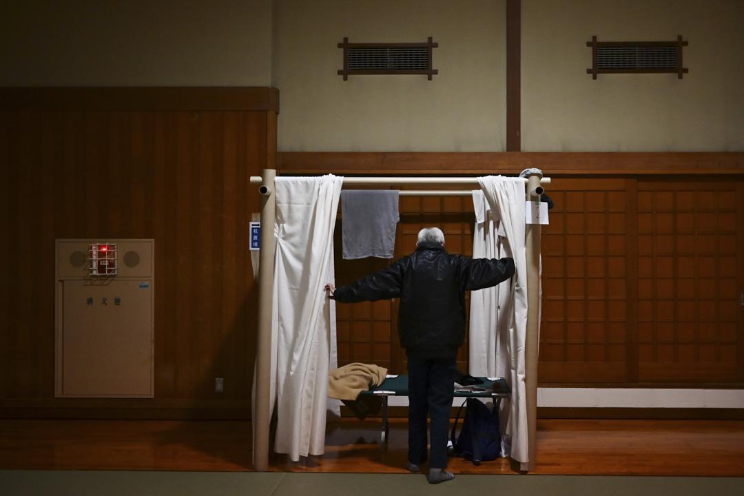 2020年4月13日,日本神奈川縣政府安排一些無家可歸的人在柔道體育館休息。