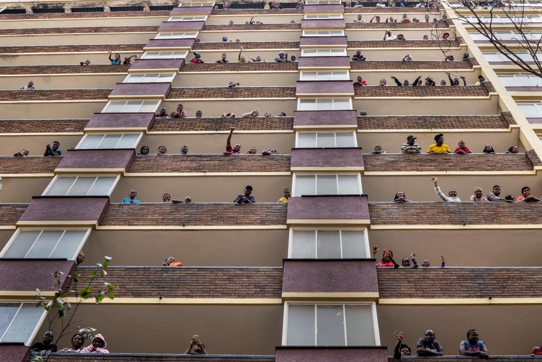 2020年4月14日,南非希爾布羅的屋民留在家中以防病毒傳播,在陽台向外揮手。