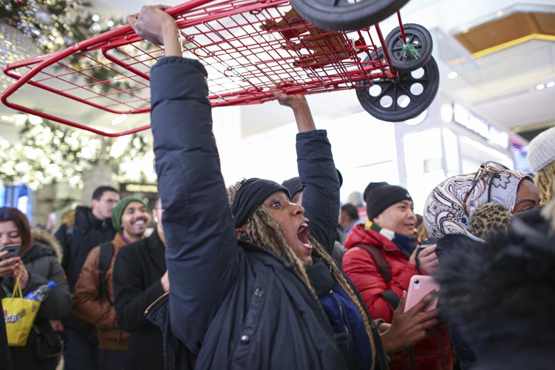 2019年11月28日美國紐約黑色星期五,顧客在梅西百貨攜帶購物車準備購物。