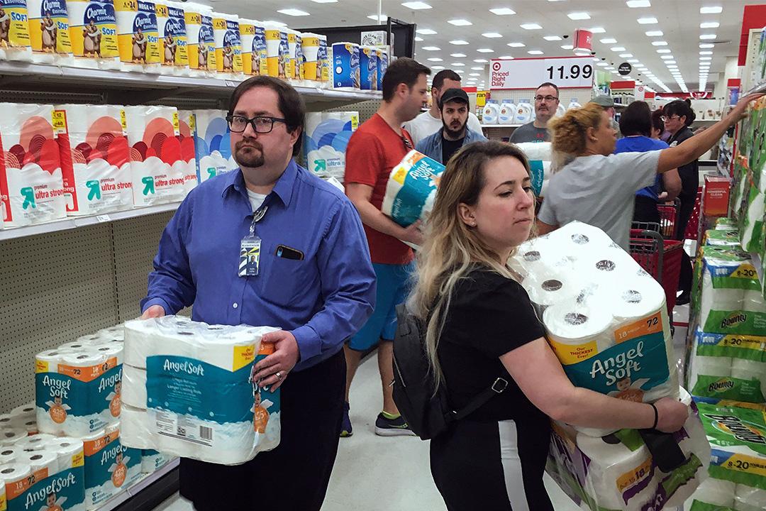 2020年3月19日,美國奧蘭多市民爭先在商店內購買衛生紙。