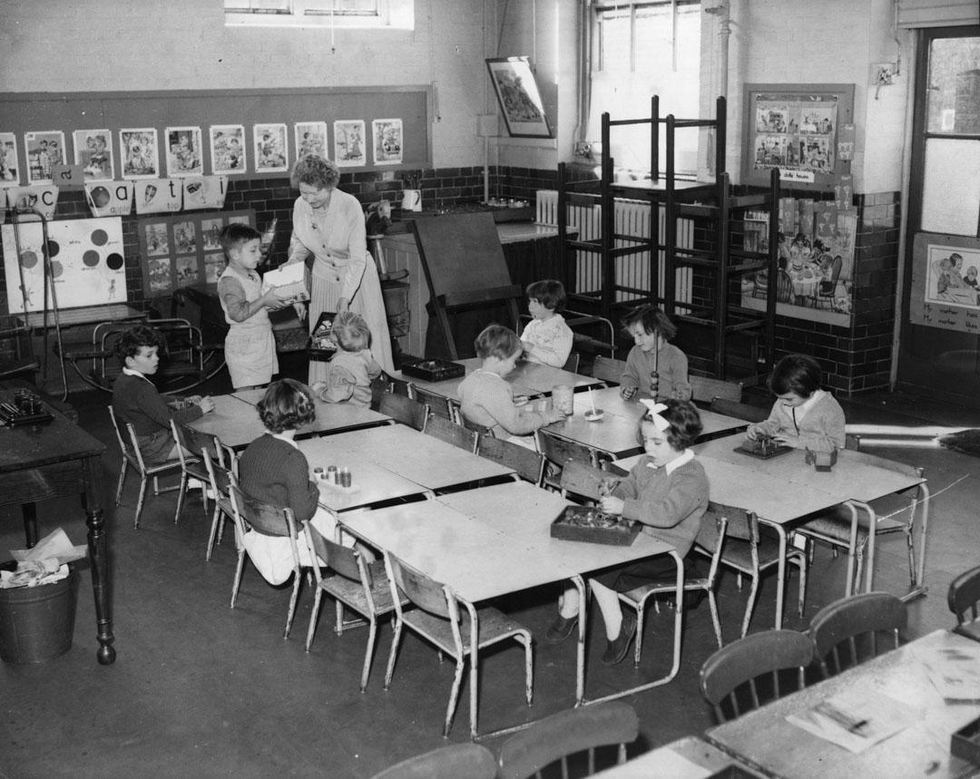 1957年9月,英國倫敦一間學校為防疫而減少課堂的學生。