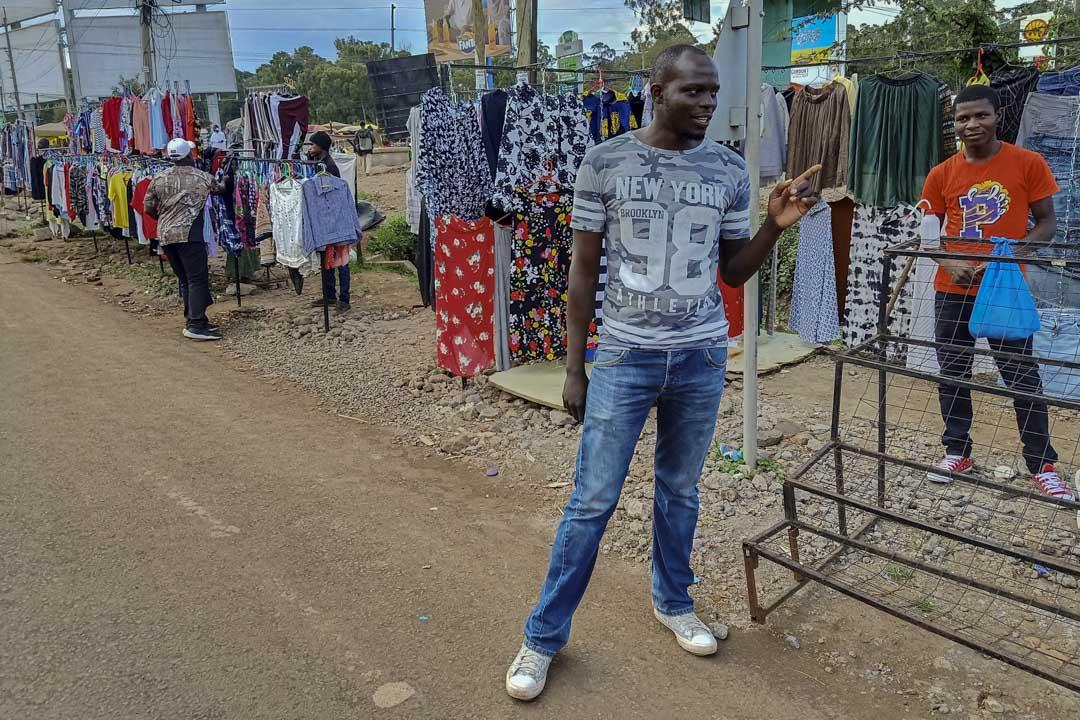 賣二手衣服的約翰遜(Johnson Ray Mchama)。
