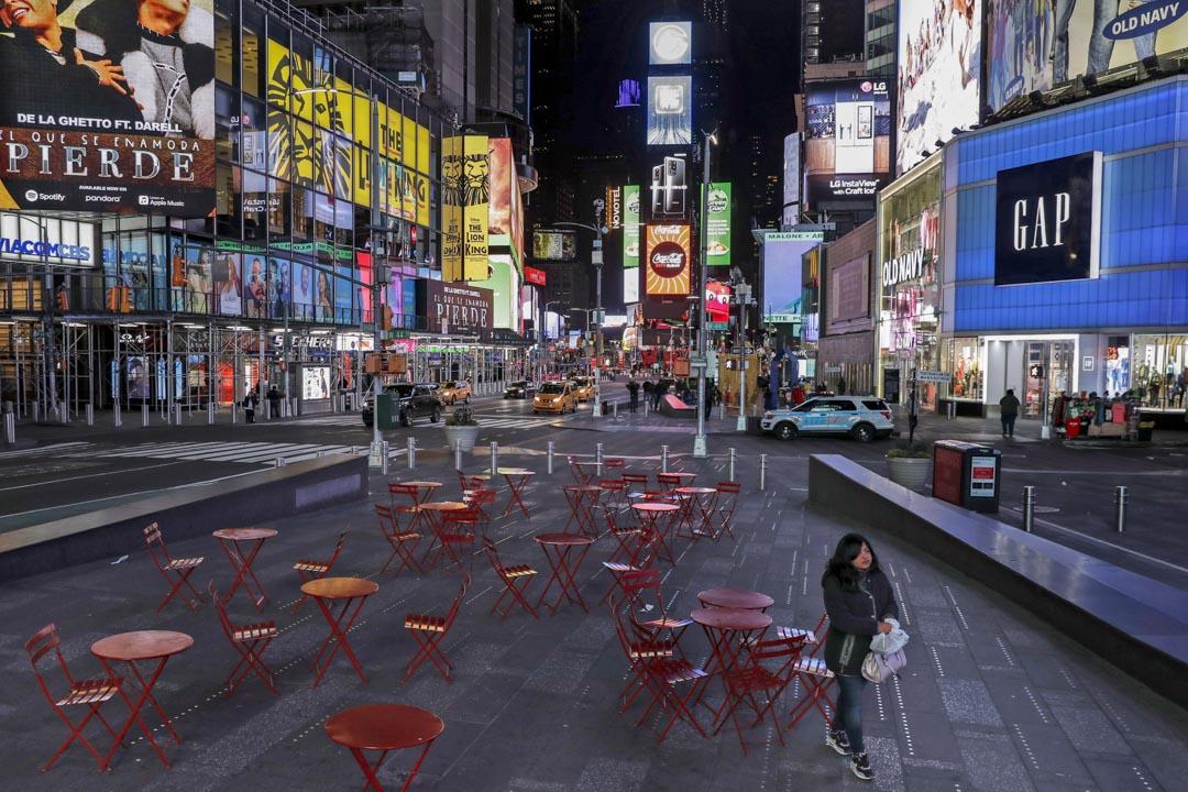 2020年3月16日,紐約,一名女士走過人煙稀少的時代廣場。