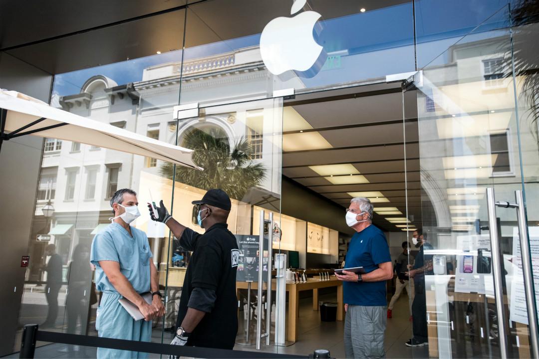 2020年5月13日,美國南卡羅來納州一家蘋果專賣店重開,顧客須測體溫、戴口罩入內。 攝:Sean Rayford/Getty Images