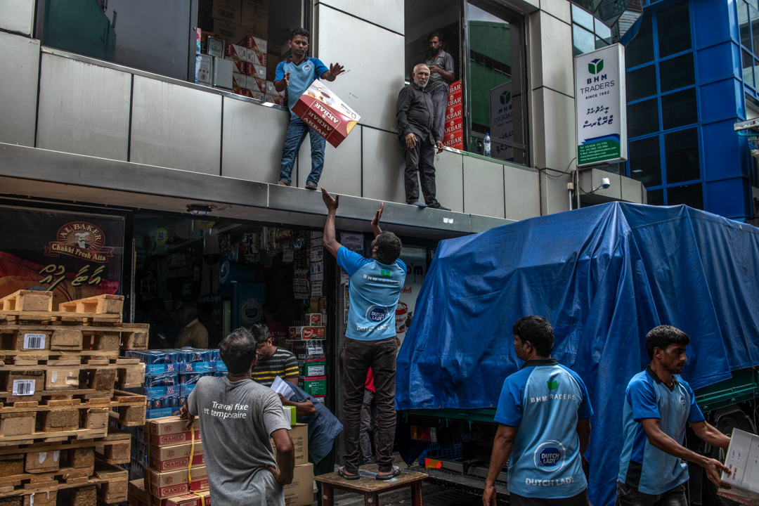 2019年12月18日,馬爾代夫馬累的搬運工正在將進口的物資運進商鋪。