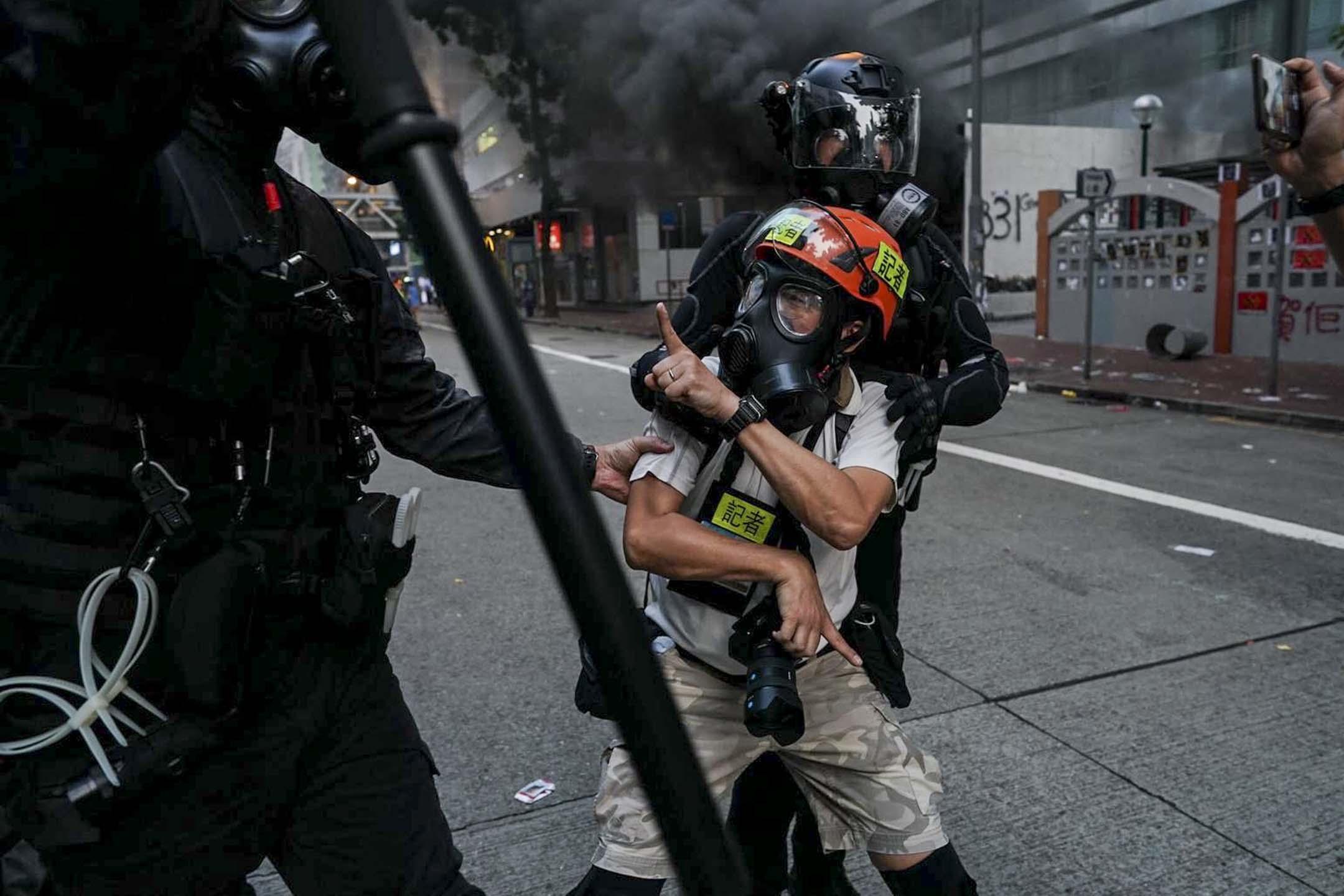 2019年9月29日,美聯社攝影記者余偉建在灣仔採訪示威期間遭防暴警察推撞。 圖:受訪者提供