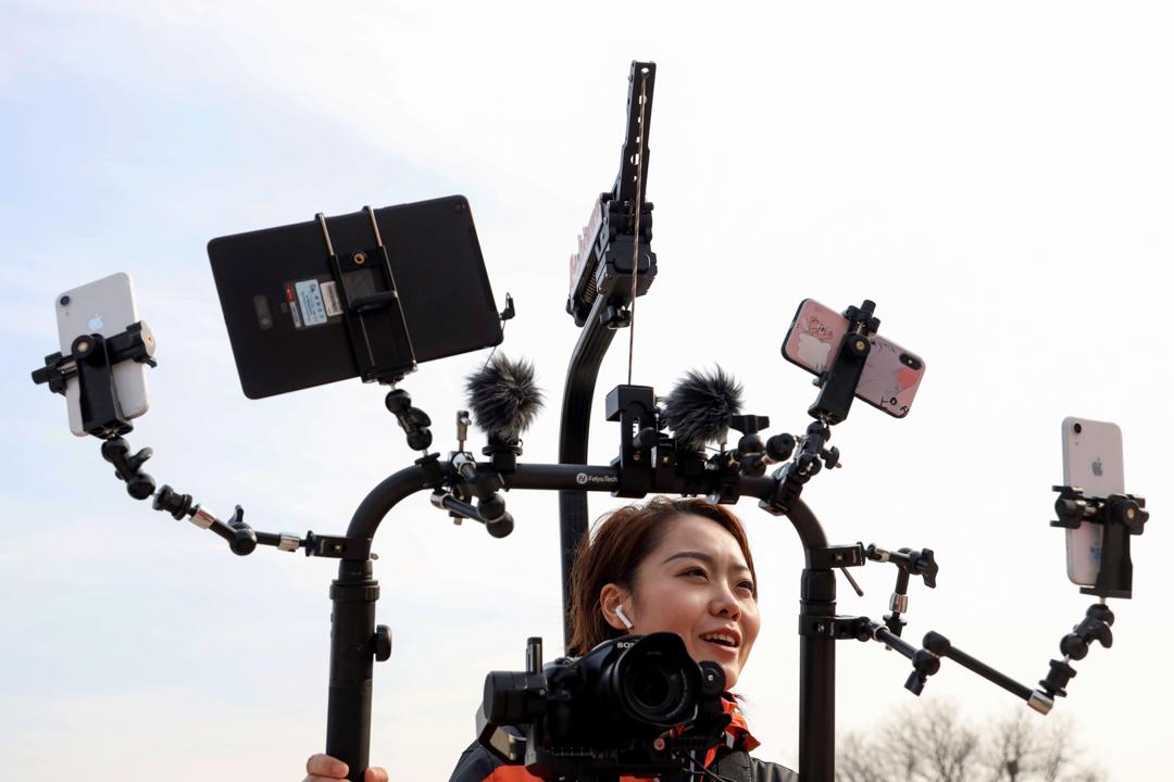 2019年3月8日,一名記者正在北京人民大會堂外直播。
