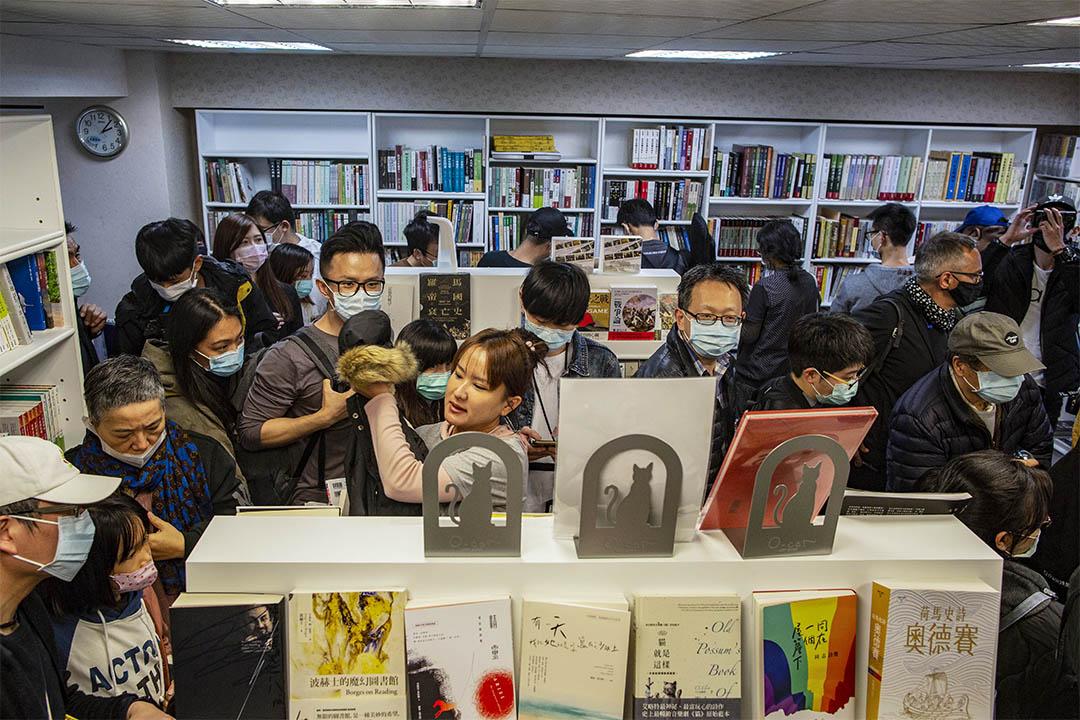 2020年4月25日台北,銅鑼灣書店開幕,台灣總統蔡英文送花致賀。