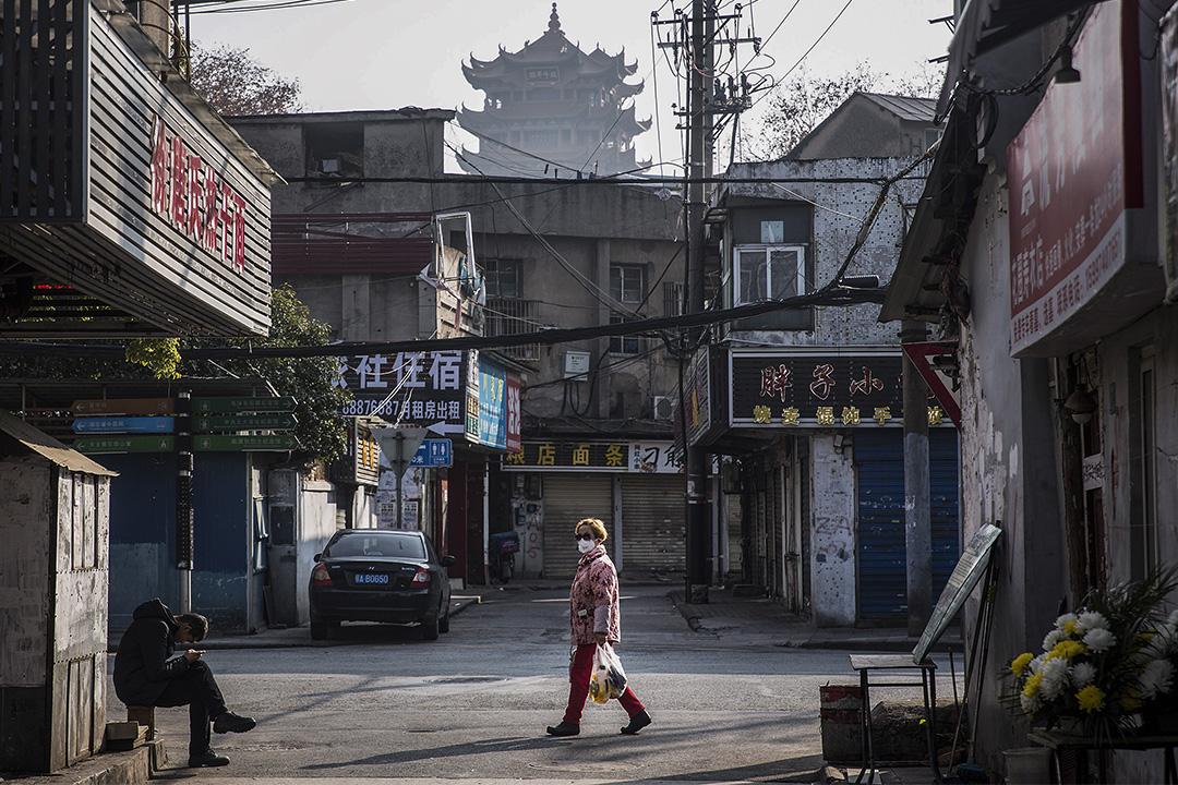 2020年1月31日中國武漢,居民戴著口罩在街上走。 攝: Stringer/Getty Images