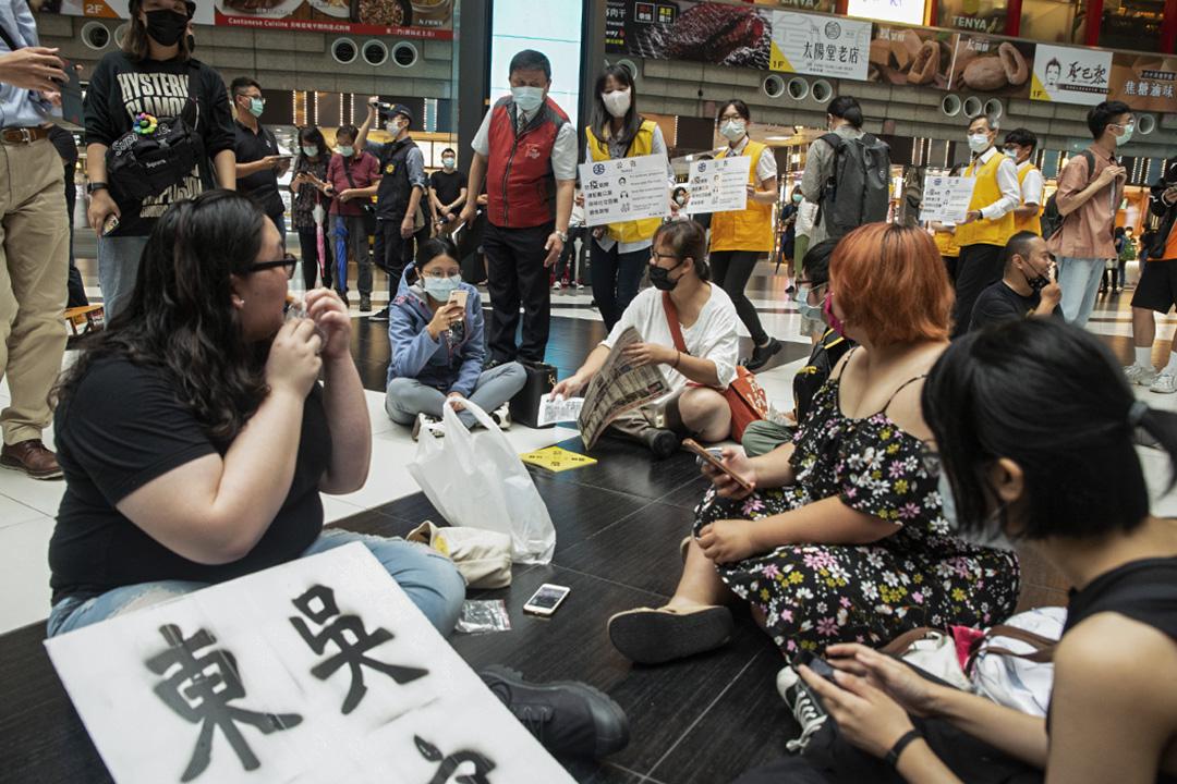 2020年5月23日,市民在台北車站大堂靜坐。