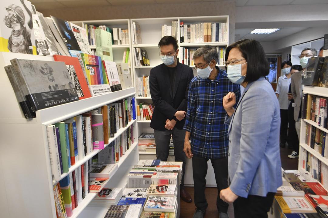 2020年5月29日,台灣總統蔡英文到訪台北「銅鑼灣書店」,與書店負責人林榮基會面交談。 圖:台北市攝影記者聯誼會提供