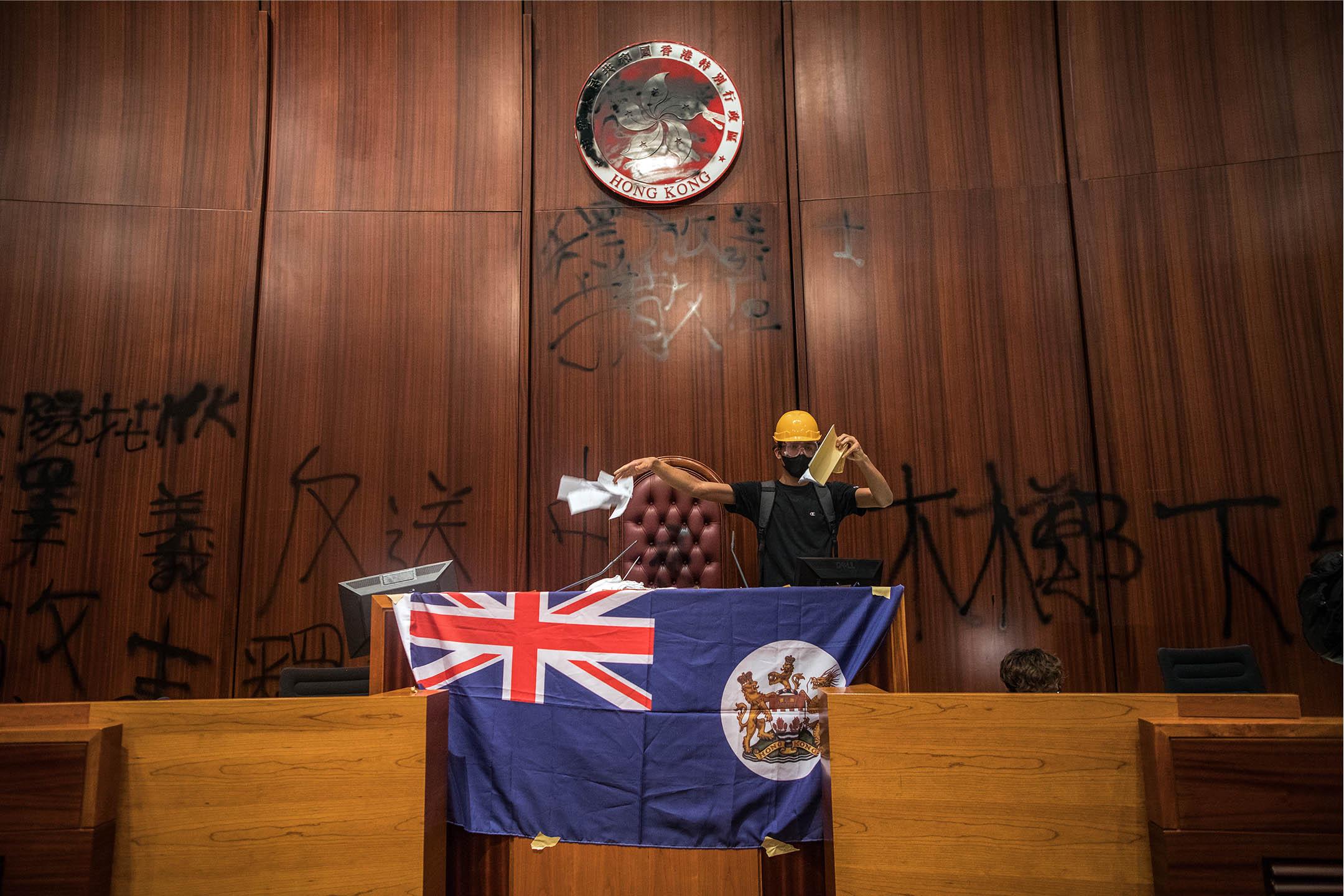 2019年7月1日香港,示威者佔領立法會,並在議事廳撕毀基本法抗議。