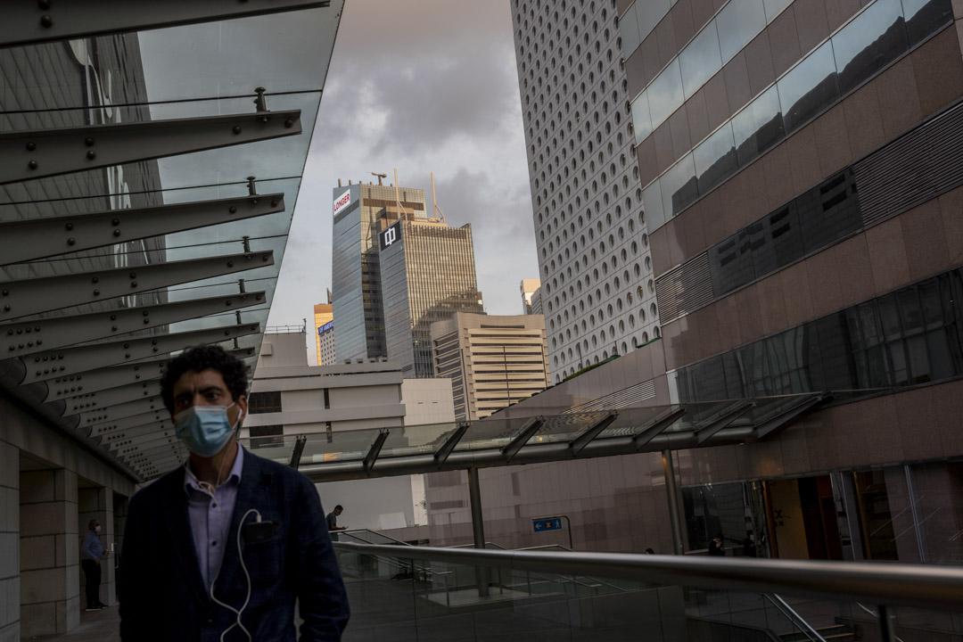 2020年4月28日,中環一位男士在香港國際金融中心的平台走過。