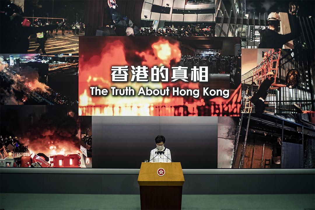 2020年5月15日香港,林鄭月娥在政總舉行記者會, 記者會選用「香港的真相」為背景。