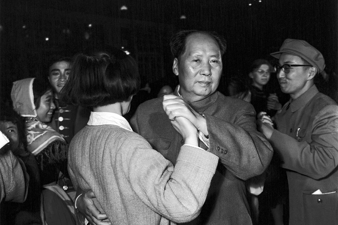 1957年,毛澤東在跳舞。