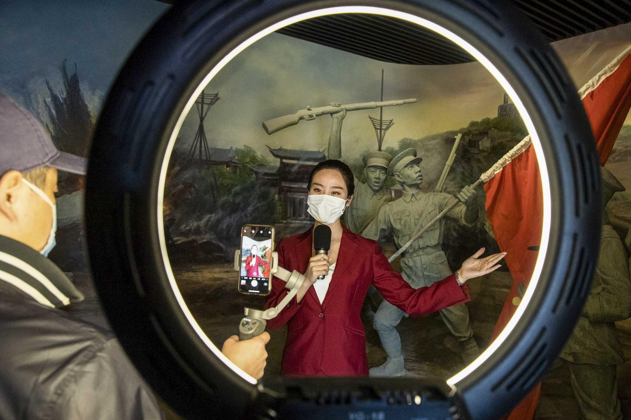 2020年4月13日,武漢武昌起義博物館,一名女士進行在線直播。 攝:STR/AFP via Getty Images
