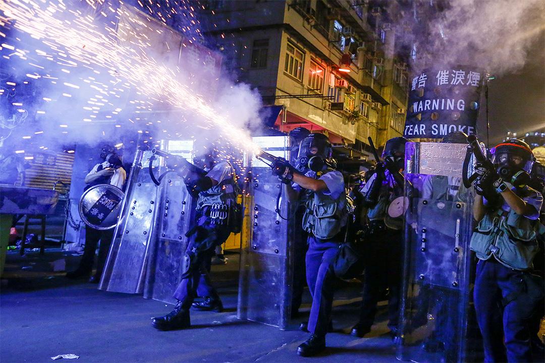 2019年8月14日,香港深水埗發生衝突時,警方向抗議者發射催淚彈和橡皮子彈。