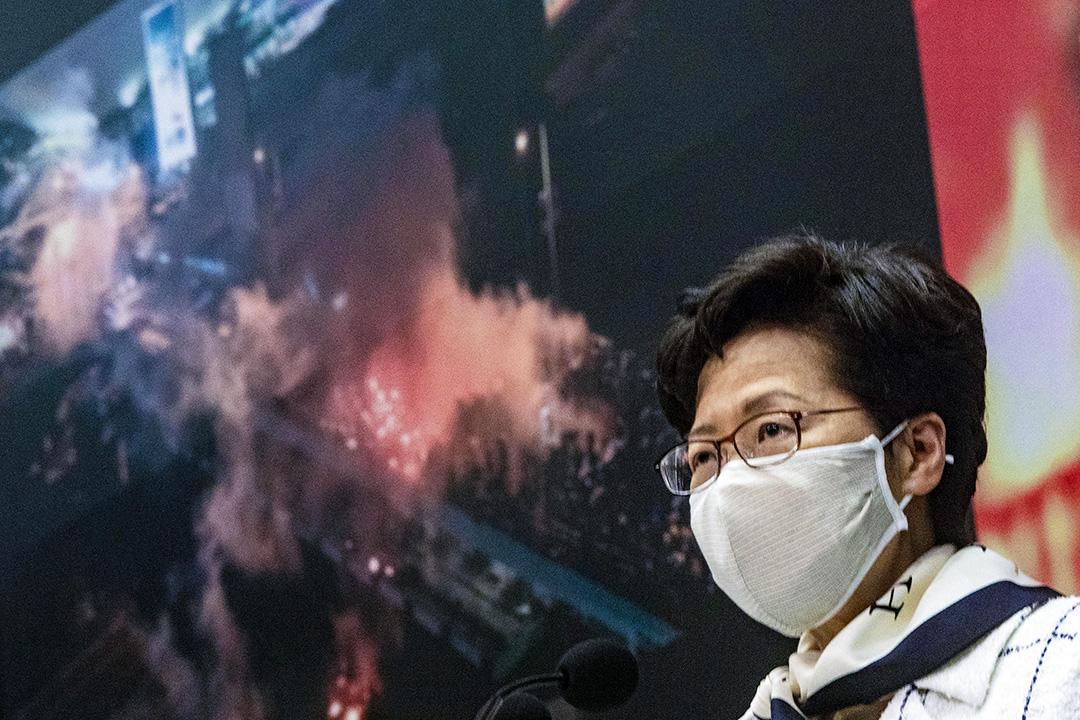2020年5月15日香港,林鄭月娥在政總舉行記者會, 記者會選用「香港的真相」為背景。 攝:陳焯煇/端傳媒