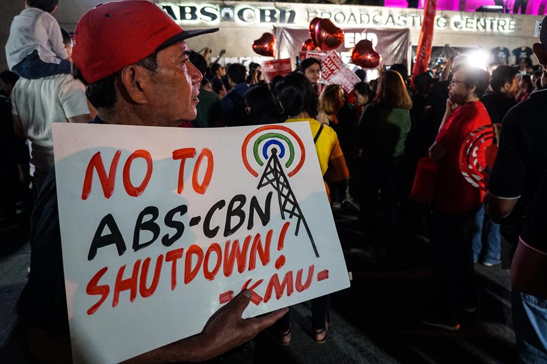 2020年2月28日,民眾在 ABS-CBN 位於馬尼拉大都會奎松市(Quezon)的電視廣播中心總部大樓外集會,抗議總統杜特爾特(Rodrigo Duterte)揚言阻止 ABS-CBN 獲批續牌。 攝:Dante Diosina Jr / Anadolu Agency via Getty Images