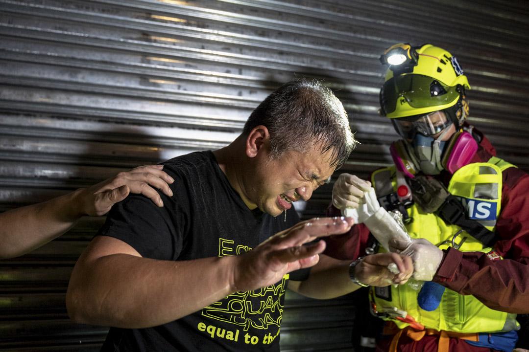 2020年3月21日,立場新聞陳朗昇在元朗 721 事件八個月的採訪中,被警員噴射胡椒噴劑。