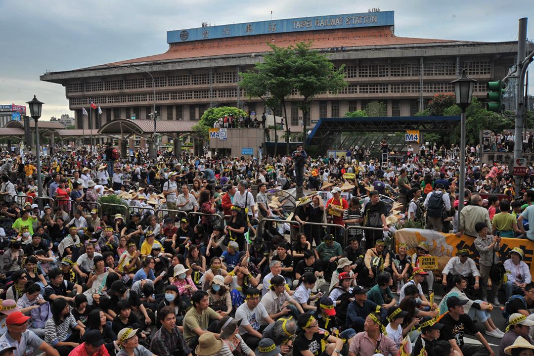 2014年4月27日一次反核示威活動,反核抗議者佔領台北車站前的道路。