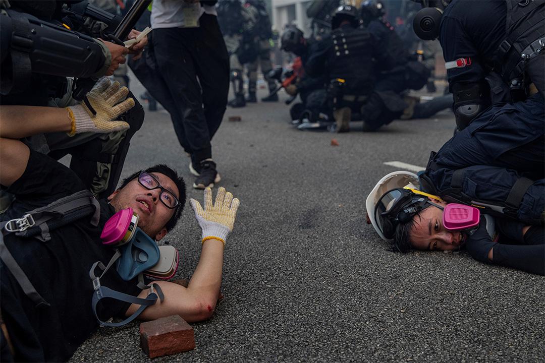 2019年9月29日,反政府示威者在香港金鐘的警察與示威者衝突期間被拘留。