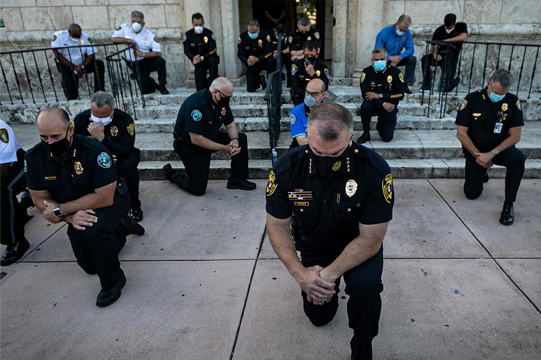 2020年5月30日佛羅里達州科勒爾蓋布爾斯舉行的一次集會上,警察下跪以悼念喬治·弗洛伊德(George Floyd)。