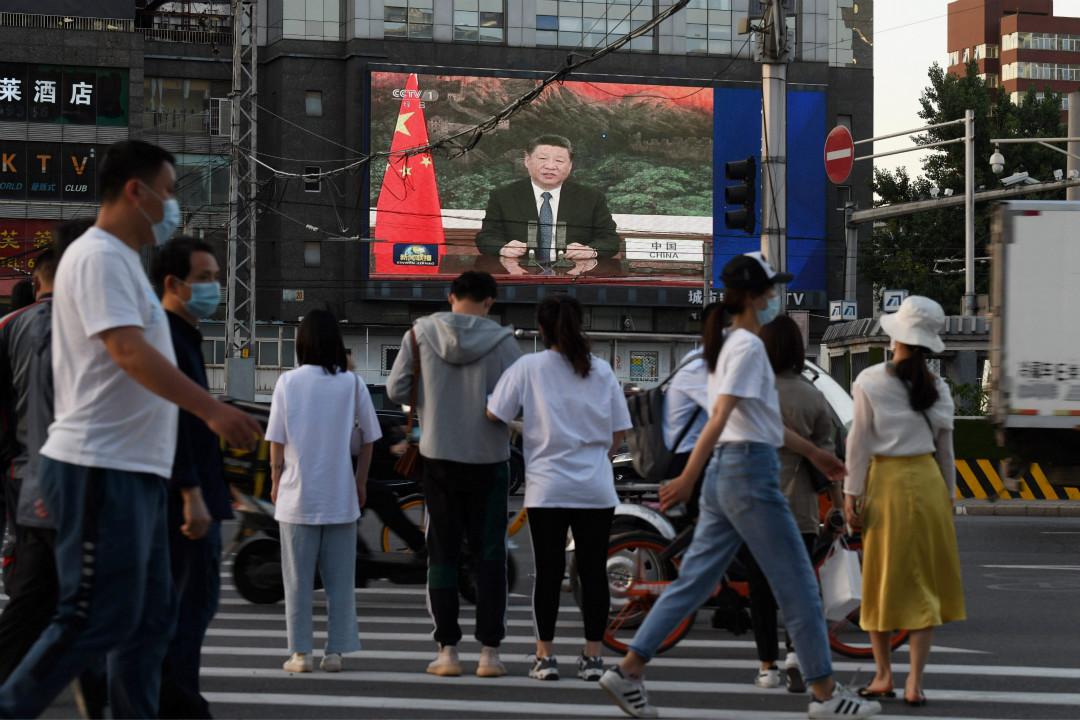 2020年5月18日,北京街上大屏幕播放新聞聯播,畫面為習近平通過視訊在世界衞生大會致辭。 攝:Greg Baker/Getty Images
