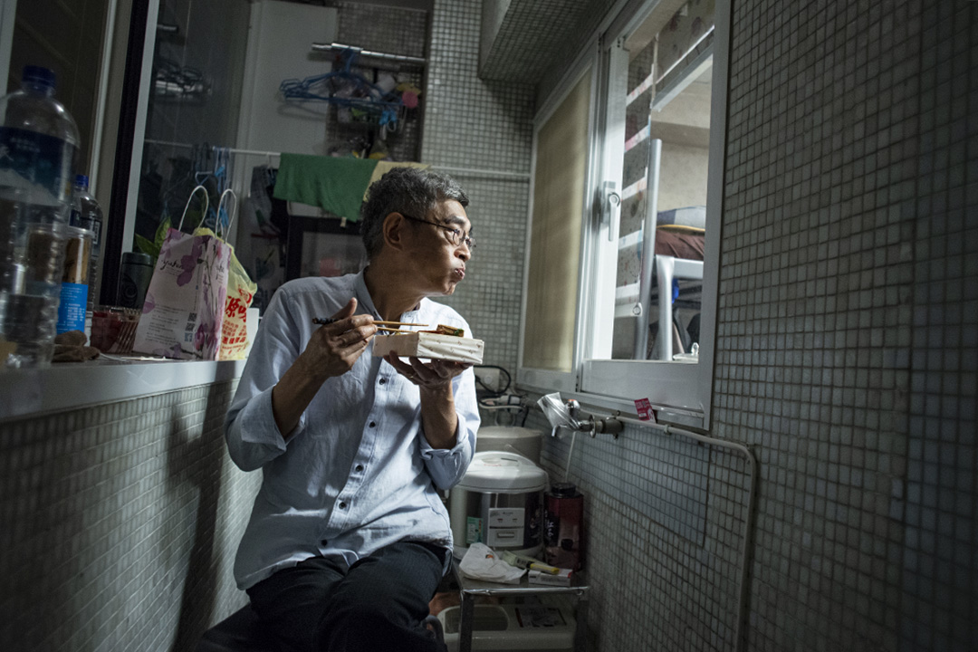 2020年5月6日,林榮基在他的台北銅鑼灣書店內吃晩飯。