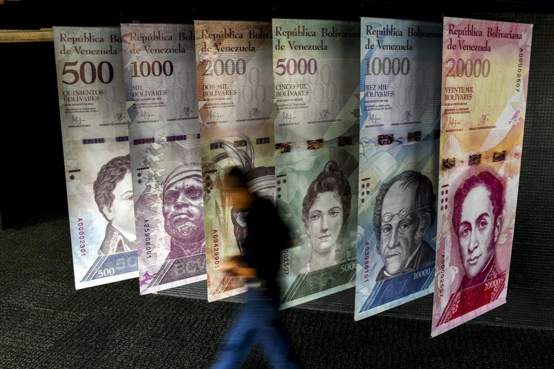 2018年1月31日,委內瑞拉經濟危機期間,一名男子在當地的銀行前走過。