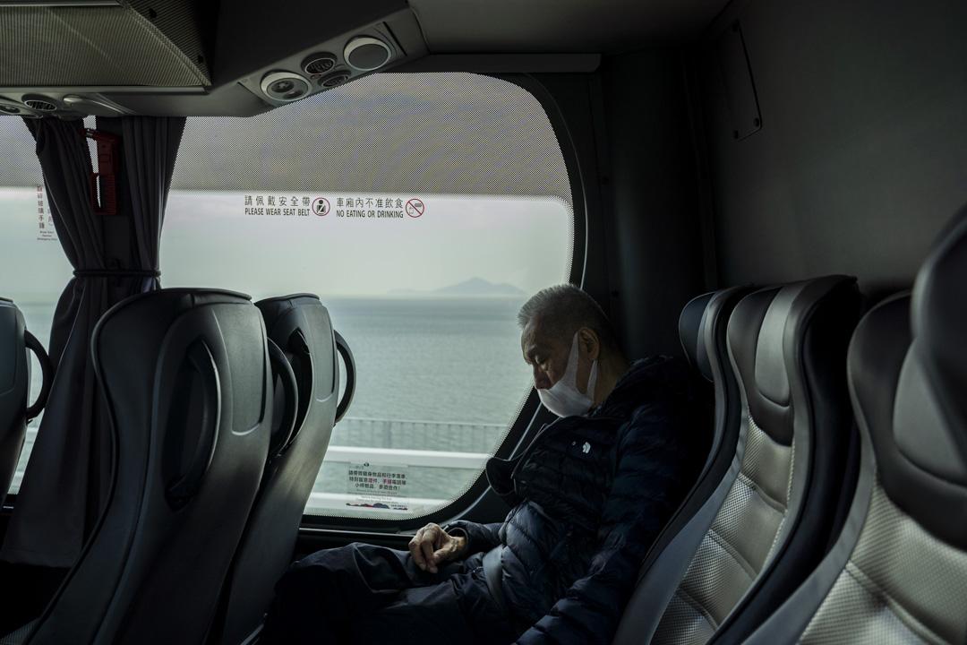 2020年2月,由香港經港珠澳大橋往澳門的巴士上,乘客在睡覺。
