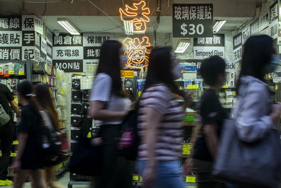 2020年5月1日,旺角一間手機用品店掛上「香港」的燈飾。 攝:林振東/端傳媒