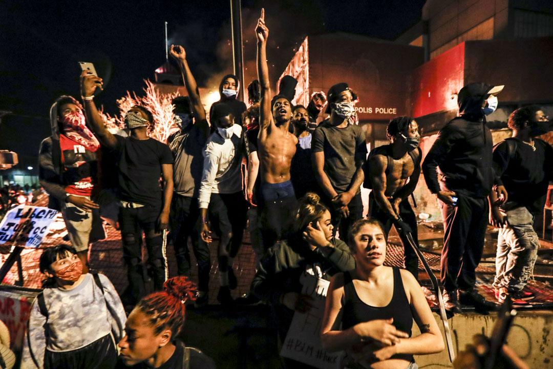 2020年5月28日美國明尼蘇達州阿波利斯市,民眾在焚燒中的警署外示威。