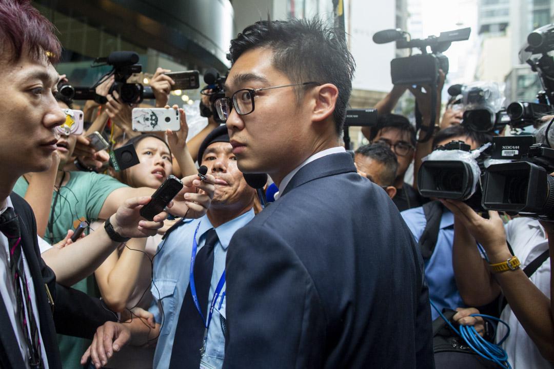 香港民族黨成回歸後首個被禁止運作組織。圖為2018年8月14日,香港民族黨召集人陳浩天應邀到香港外國記者會(FCC)會址發表演講,離開時被大量記者追訪。