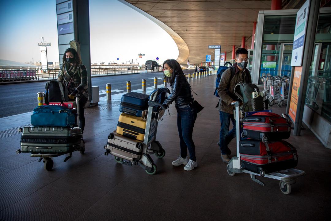 2020年3月28日,三名華爾街日報駐華記者被驅離出中國國境,於北京首都國際機場準備上機離去。