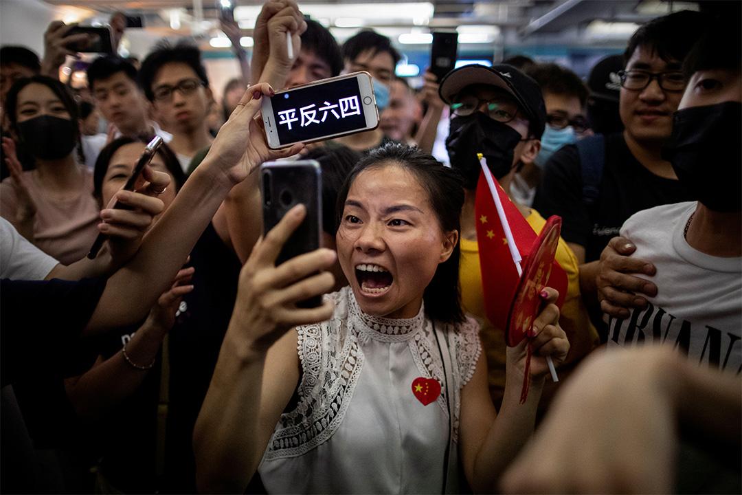2019年9月12日香港元朗站,一名親中國示威者在兩個對立團體之間發生衝突。