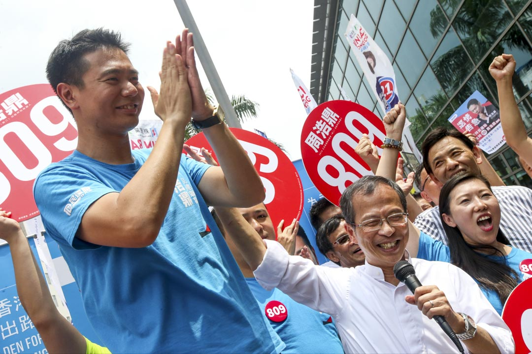 2016年9月4日,立法會選舉投票日,民建聯超區候選人周浩鼎與曾鈺成一起在大圍地鐵站外拉票。