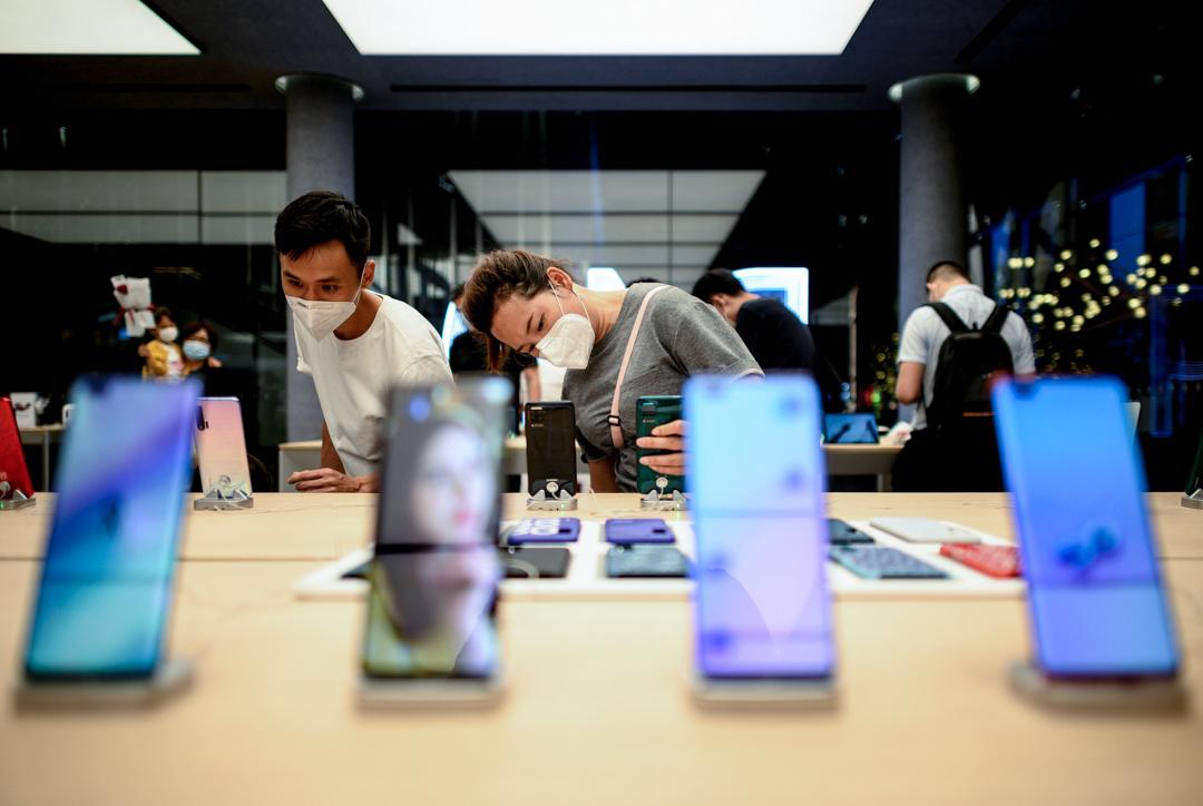 2020年5月19日,深圳一家華為旗艦店內,顧客正在參觀。